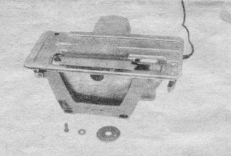 Плоскость пильного диска должна быть строго перпендикулярна оси вращения шпинделя (на посадочных плоскостях диска и втулки не должно быть забоин, грязи, следить за отсутствием коробления диска)